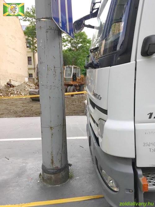 Egy kis érdekesség, avagy hogyan parkoljunk le egy állvány szállító teherautóval nagyon kis helyen...